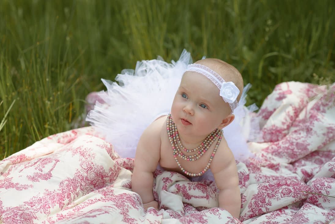 sesja z niemowlakiem na trawie