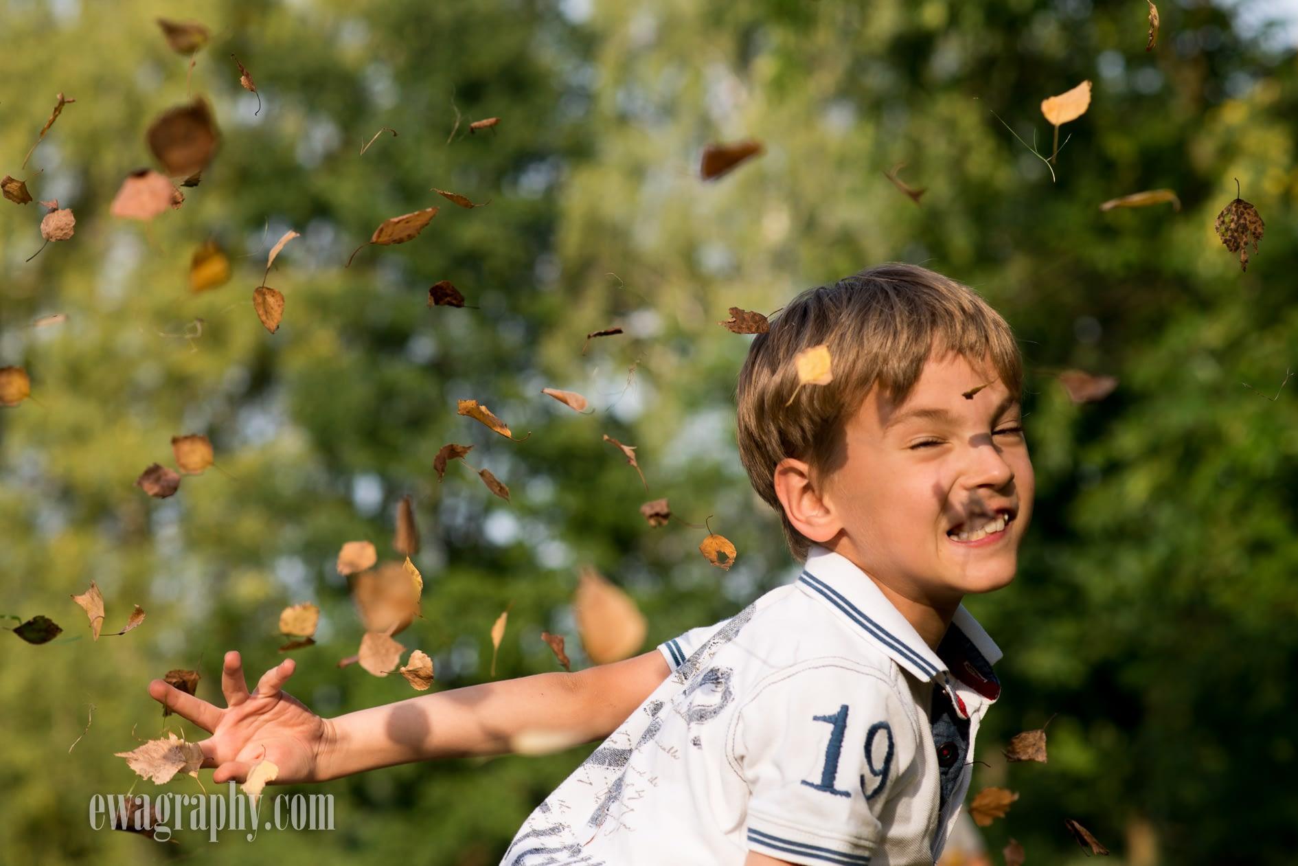 sesja-dzieci-w-liściach