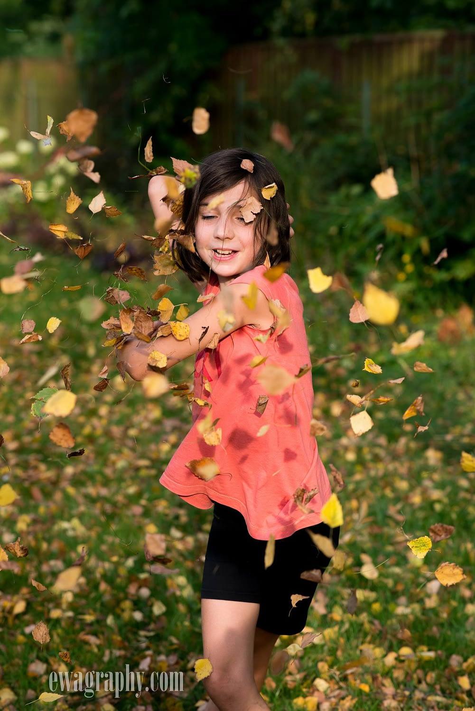dziewczynka w liściach