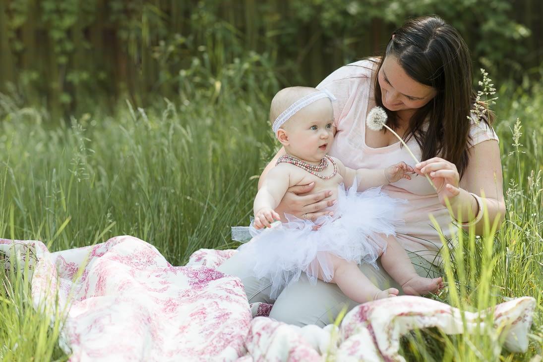 sesja rodzinna z niemowlakiem na trawie