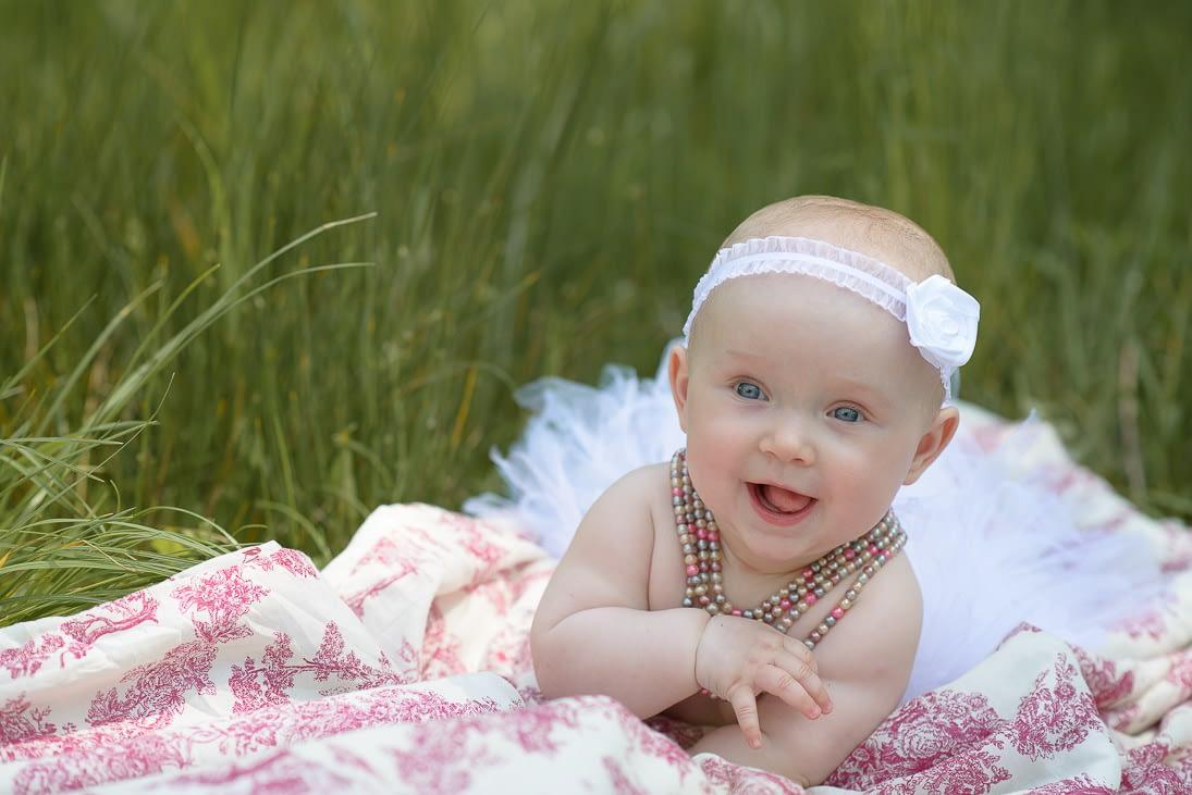 sesja niemowlaka na trawie